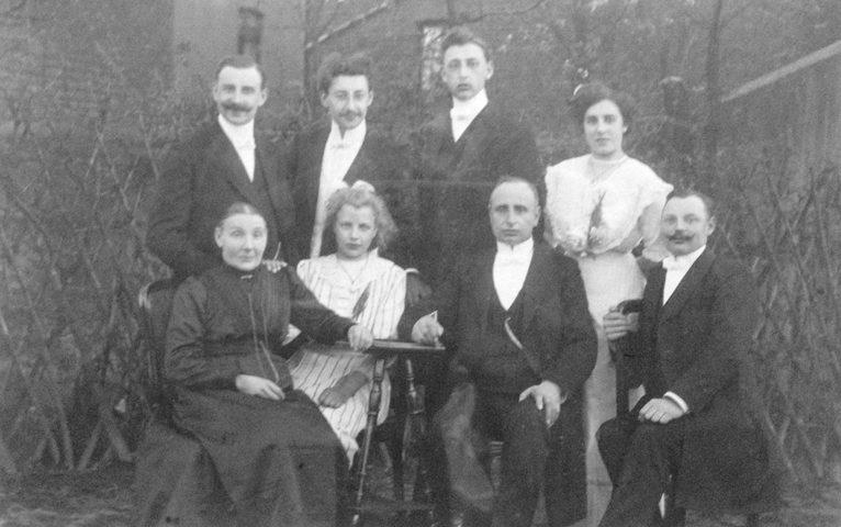Die Brüder Josef (stehend, 2. v. r.) und Adolf (sitzend, 1. v. r.) Berken gründeten am 26. Juli 1913 die Gebr. Berken OHG.