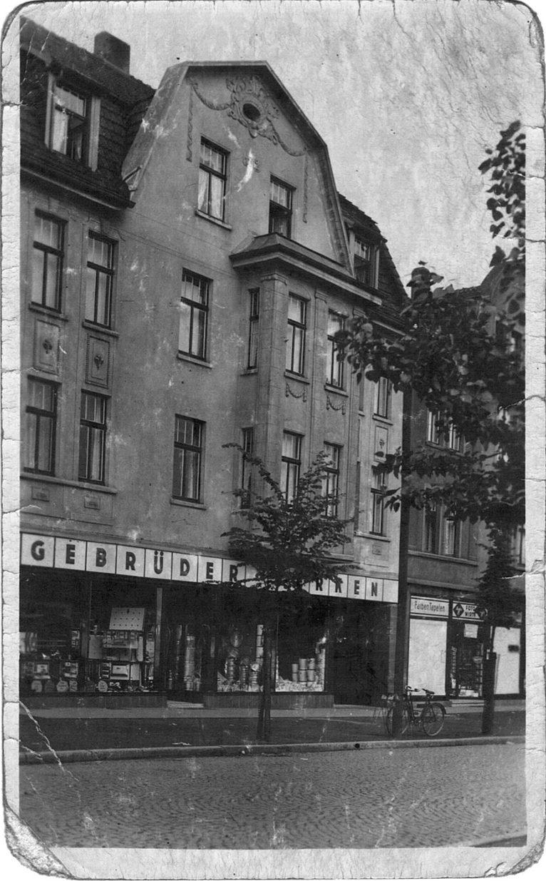 Josef Berken verlagerte 1934 das Geschäft an die Kreisstraße 58 in Selm, wo sich bis heute das Stammhaus befindet. Das Sortiment des modernen Fachgeschäfts reicht von Eisenwaren, Werkzeugen über Haushaltswaren, Prozellan und Geschenkartikel bis hin zu Herden, Öfen und Waschmaschinen.