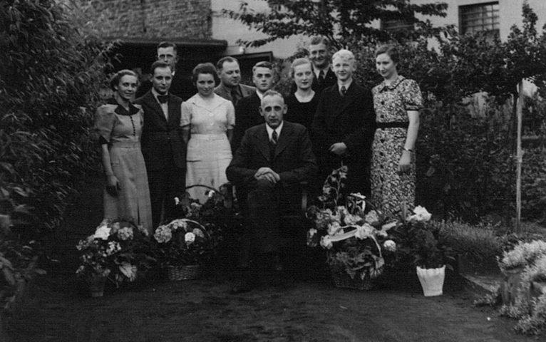 Die Belegschaft des Eisenwarenfachgeschäfts 1934 in Selm mit Firmengründer Josef Berken in der Mitte.