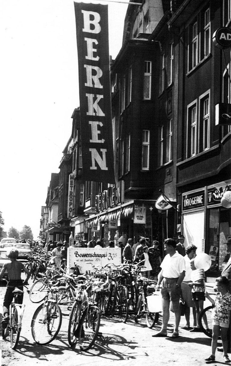Berken -das Kaufhaus für den vorteilhaften Einkauf- feiert 50-jähriges Firmenjubiläum. Wie man sehen kann, war auch damals schon einiges los bei Berken auf der Kreisstraße.
