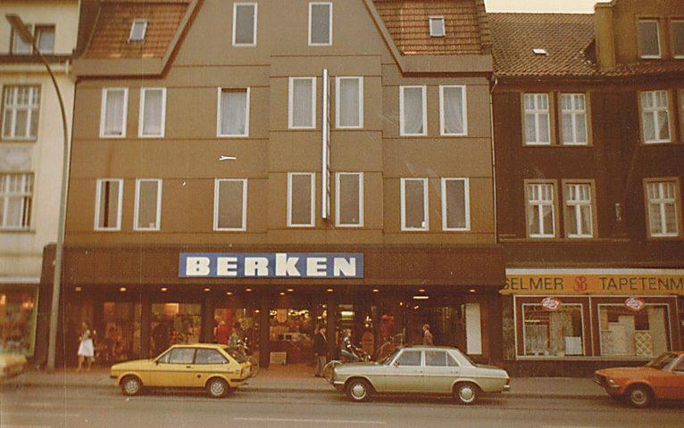 Am 4. Oktober 1979 eröffnet Berken nach Umbau und Erweiterung der Verkaufsfläche das Stammhaus in Selm neu.