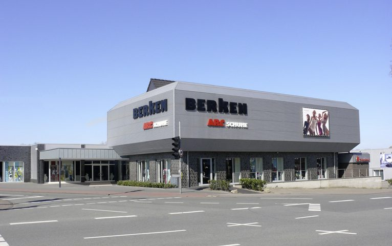 Am 3. September 2003 eröffnet das jahrelang vermietete Kauf- und Warenhaus in Stadtlohn neu. Es ist bis heute das größte und modernste Haus aller Berken Häuser.