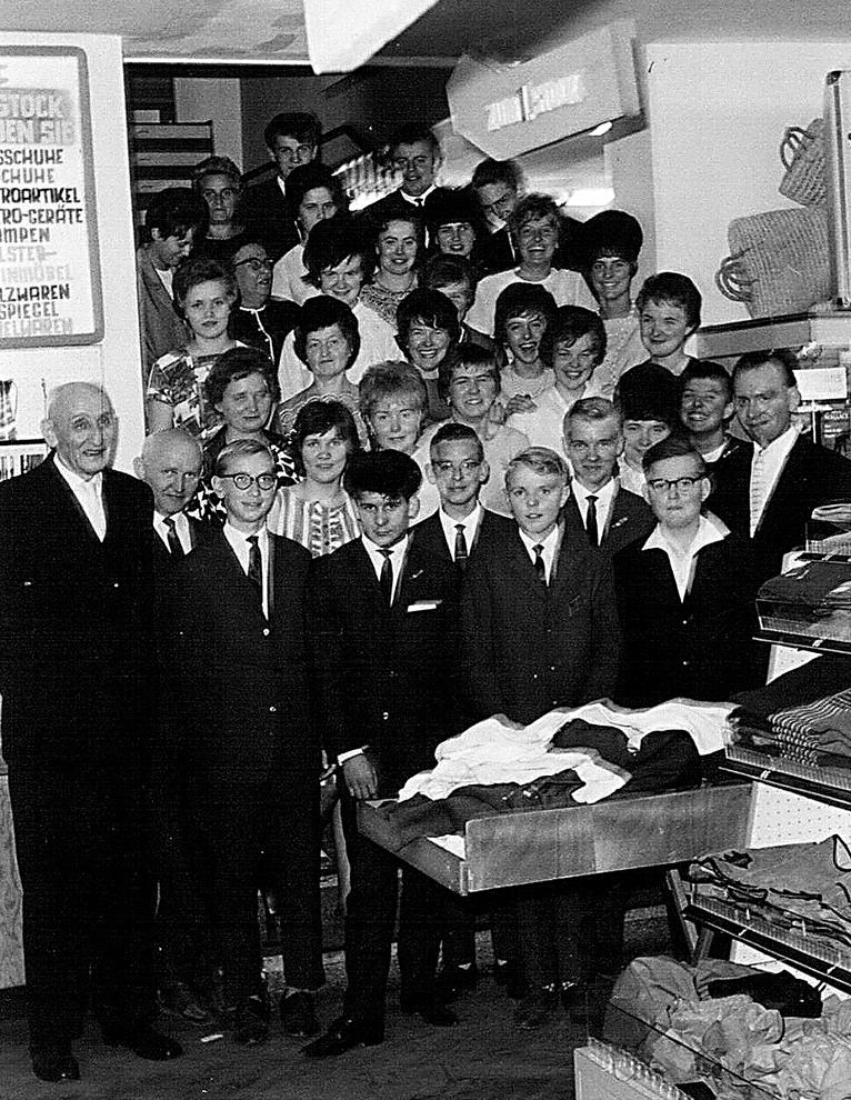 Die Belegschaft des Kauf- und Warenhauses 1963 in Selm mit Franz-Josef Berken ganz rechts.
